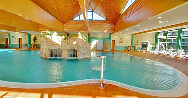 Hotelhallenbad Schwimmbad Innenpool Pool Urlaub über Silvester in Unterfranken. Familien-Silvester-Arrangement in Bad Kissingen an Fränkischer Saale und Rhön in Franken.